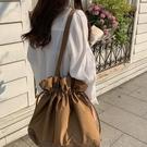 斜背包 七只布袋極簡風牛津抽繩純色大容量棕色百搭單肩女生包包【快速出貨】