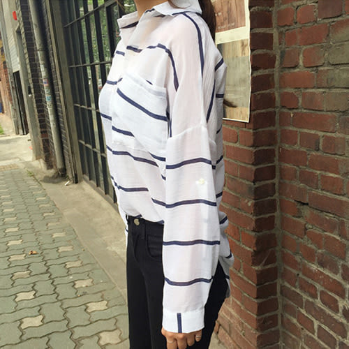 長袖襯衫 韓風輕薄條紋寬鬆垂肩防曬口袋襯衫 艾爾莎【TGK3917】