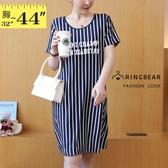 小洋裝--簡約休閒直條紋英字印花雙側口袋圓領短袖連身裙(藍M-3L)-D541眼圈熊中大尺碼◎