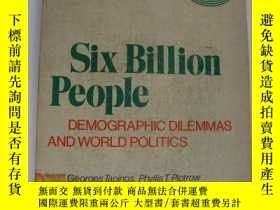 二手書博民逛書店Six罕見Billion People: demographic