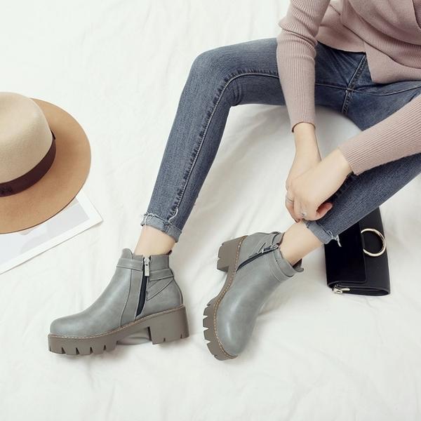 大尺碼女鞋  韓版百搭雙扣環馬丁靴中跟短靴~3色