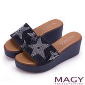 MAGY 迷人耀眼時尚 星星排鑽寬版牛皮厚底涼拖鞋-深藍