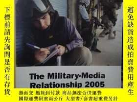 二手書博民逛書店the罕見military media relationship