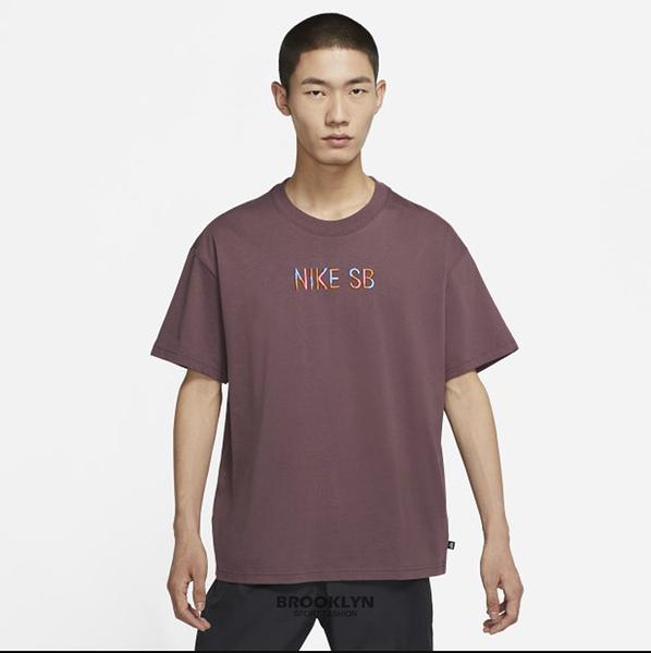 NIKE 短T SB TEE 酒紅 刺繡 英文LOGO 短袖 男 (布魯克林) DJ1215-646