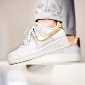 Nike Air Force 1 Metallic Swooshes 白灰 金Logo 經典 女AR0642-001 -SPEEDKOBE-