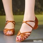拉丁舞鞋專業女孩軟底中跟跳舞鞋舞蹈鞋涼鞋初學者恰恰白排舞練習WL1392【俏美人大尺碼】