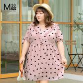 Miss38-(現貨)【A05665】大尺碼雪紡洋裝 粉底愛心 V領木耳邊 寬鬆顯瘦 甜美短袖連身裙-中大尺碼