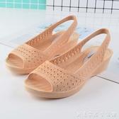 新款魚嘴塑膠涼鞋女防水坡跟媽媽鞋軟底白色護士鞋夏季沙灘鞋 创意家居生活館
