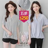 【五折價$250】糖罐子V領直條前短後長棉麻上衣→預購【E48979】