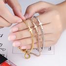 《 QBOX 》FASHION 飾品【B100N892】精緻秀氣十字架女款可調式鈦鋼手鍊/手環(三色)