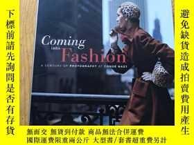 二手書博民逛書店Coming罕見Into Fashion: A Century