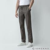 【GIORDANO】男裝素色抽繩休閒長褲-51 灰