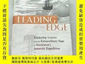 二手書博民逛書店Leading罕見at the Edge: Leadership