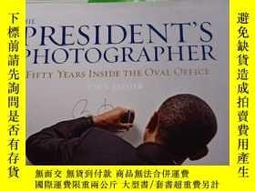 二手書博民逛書店The罕見President s Photographer: Fifty Years Inside the Ova