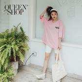 Queen Shop【01038433】大V領設計美式標籤印花長版粉色上衣*現+預*