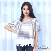 Victoria 條紋拼接下襬蕾絲短袖T-女-寶藍條紋-Y8508058
