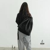 尼龍防水背包側背包多功能街頭休閒風側白條抽帶水桶包搭扣雙肩【愛物及屋】