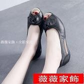魚口鞋 涼鞋女夏軟皮媽媽鞋防滑魚嘴鞋休閒透氣中老年女鞋中跟舒適工作鞋 薇薇