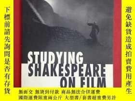 二手書博民逛書店Studying罕見Shakespeare on Film (電