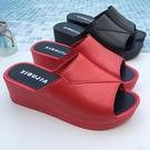厚底拖鞋 魚嘴拖鞋女坡跟厚底一字拖鞋夏季時尚外穿鬆糕海邊外出高跟涼拖鞋 韓菲兒