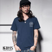 【BTIS】施洗者草寫文字 V領T-shirt / 丈青色