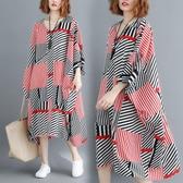 洋裝 連身裙 夏裝寬鬆加肥家大碼文藝不規則蝙蝠袖條紋V領顯瘦洋裝過膝袍子