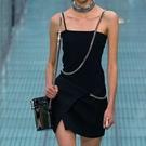 平口洋裝/一字領 小心機設計款 高冷系黑色連身裙氣質顯瘦鏈條吊帶裙收腰小黑裙女夏