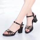 低跟鞋 新款夏季媽媽粗跟涼鞋女中跟大碼露趾一字扣水鉆中年女士大碼涼拖百搭
