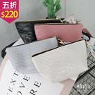 【五折價$220】糖罐子純色鱷魚皮拉鍊手拿包(小)→預購【DD2014】