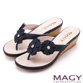 MAGY 迷人耀眼時尚風 閃閃花朵楔型夾腳拖鞋-藍色