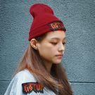 冬日發行的短版針織帽型 精細刺繡徽章,經典搖滾配色