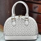手提包-高貴設計鏤空雕花肩背女貝殼包2色72an12【巴黎精品】