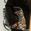 斑馬紋包包女2020新款潮網紅托特包帆布包大學生上課包大容量包 黛尼時尚精品
