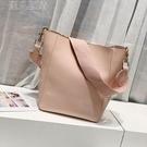 水桶包包包21新款潮歐美超火女時尚寬帶sangle包水桶包手提斜挎子母包 快速出貨
