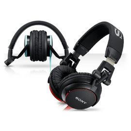 展示出清 SONY立體聲耳罩式耳機 MDR-V55 經典DJ耳機設計重現,耳機線採彩色扁平線,精緻設計更耐用