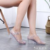 夏季新款韓版側漏沙灘防滑女百搭厚底楔形一字扣塑料果凍透明水晶涼鞋 薔薇時尚