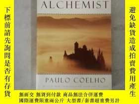 二手書博民逛書店The罕見Alchemist:A Fable About Following Your DreamY37578