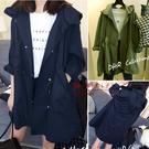 【QV4389】魔衣子-時尚美型抽繩顯瘦連帽長袖風衣外套
