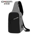 男士胸包新款潮包包USB充電單肩斜背包防盜胸前包休閒小背包    電購3C