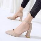 春季新款一字扣帶尖頭高跟鞋粗跟涼鞋女包頭中空絨單鞋 萬客居