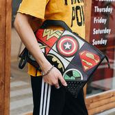 年終盛典 新款韓版街頭潮男手拿包鉚釘印花圖案手抓包潮流街頭休閒單肩包潮