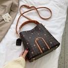 斜跨包高級感洋氣老花水桶包包女2020新款潮流行的手提包簡約時尚斜挎包
