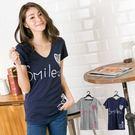 微笑smile女孩圖印V領上衣(2色)(...