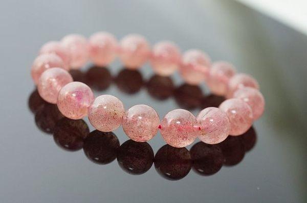 草莓水晶,內向的人和不擅長表達自我的人,可以讓能量石來增加自己的信念與信心。N256