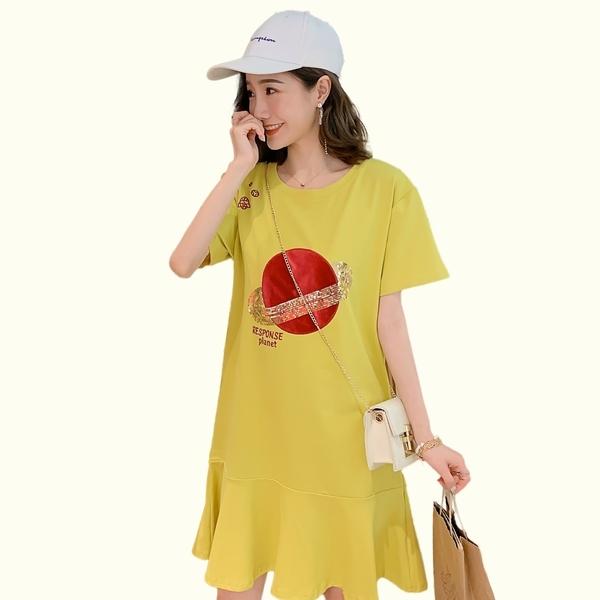 洋裝--圓領星球亮片刺繡拼接荷葉裙擺短袖連身裙(黑.粉.黃M-3L)-D579眼圈熊中大尺碼◎