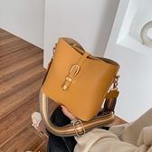 包包 時尚春夏天小包包女2020新款潮網紅寬帶水桶包百搭流行質感斜背包