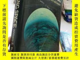 二手書博民逛書店Exploring罕見space: voyages in the
