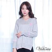 Victoria 條紋撞色寬鬆長袖線衫-麻灰-V6509681(領劵再折)