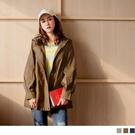 連帽拉鍊外套帥氣有型,袖口打褶帶出俏麗休閒感 內外撞色的搭配使整體更為活潑