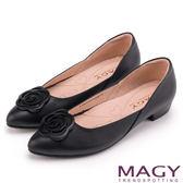 MAGY 輕甜女孩 真皮剪裁流線玫瑰五金低跟鞋-黑色